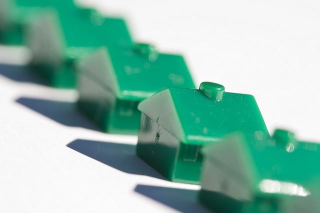 maison verte avec ombres